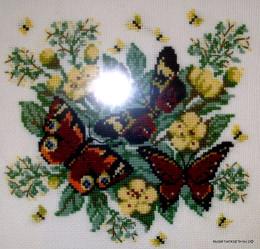 Вышивка - Бабочки на цветах